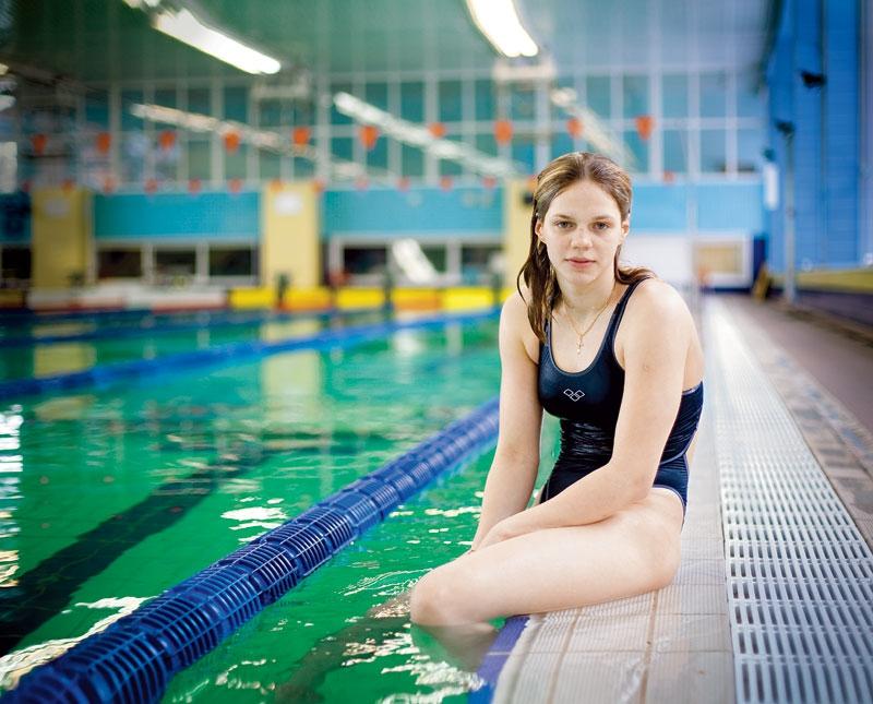 в бассейне со спортсменками сестре принеся