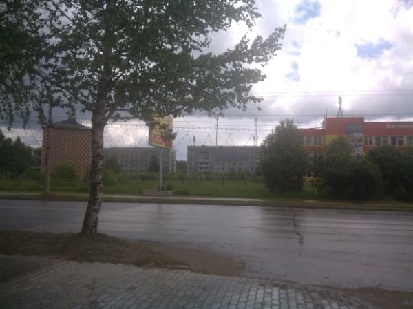 СКСиС (красно-белая стена) слева, САТ (желто-оранжевое здание) справа
